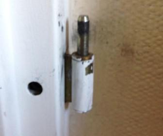 comment réparer gond de porte