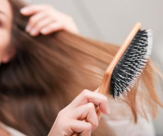 comment laver une brosse à cheveux
