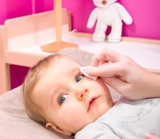 comment nettoyer yeux bébé