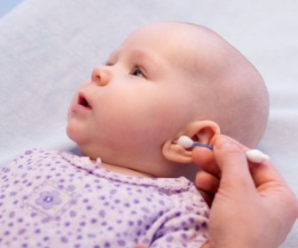 comment nettoyer oreilles bébé